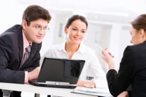 Bei einer Abmahnung kann der Betriebsrat einbezogen werden. Er hat einen Anspruch darauf, unterrichtet zu werden.