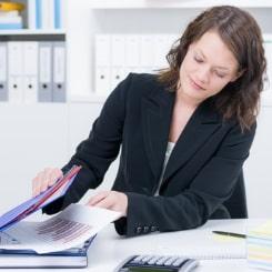 Eine Abmahnung wegen Fehlverhalten wird schriftlich auch in der Personalakte erfasst.