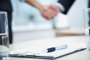 In einem Abwicklungsvertrag wird in der Regel die Zahlung einer Abfindung vereinbart.