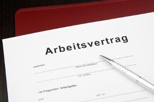 Zu den Allgemeinen Geschäftsbedingungen (AGB) gehört die Vertragsstrafe im Arbeitsvertrag.