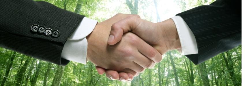 Anstellungsvertrag und Arbeitsvertrag meinen prinzipiell das Gleiche.