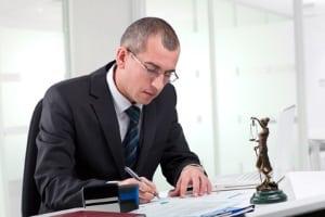 Ein Anwalt für Arbeitsrecht kann in Dresden sowohl Arbeitnehmern als auch Arbeitgebern helfen.