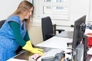 Arbeiten trotz Beschäftigungsverbot: Dies kann ein Bußgeld oder sogar eine Strafe für den Arbeitgeber nach sich ziehen.