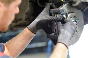 Arbeitshandschuhe aus Nylon schützen vor Verletzungen und schränken das Tastgefühl nicht maßgeblich ein.