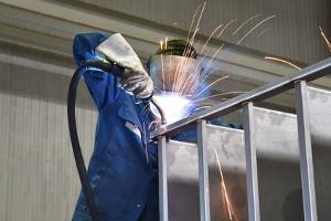 Durch eine Arbeitsjacke soll der Arbeitsschutz gewährleistet werden.