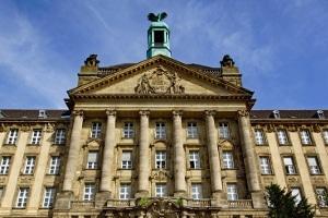 Bei Fragen und Problemen im Arbeitsrecht kann ein Anwalt in Düsseldorf Arbeitnehmern weiterhelfen.