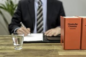 Fragen zum Arbeitsrecht: Ein Anwalt in Lübeck kann Antworten liefern.