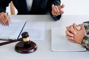 Ein Anwalt für Arbeitsrecht in Bayreuth kann Ihren Arbeitsvertrag mit Ihnen durchgehen.