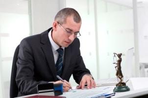 Bei einer Abmahnung kann ein Rechtsanwalt für Arbeitsrecht in Gifhorn helfen.
