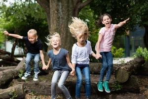 Arbeitsschutz in der Kita: Geeignete Schuhe sollten nicht nur die Kinder tragen, wenn draußen Aktivitäten stattfinden.