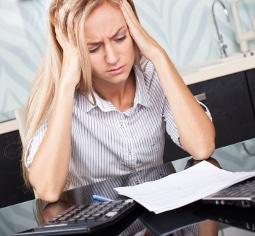 Die Arbeitsstättenverordnung regelt die Raumtemperatur, auch im Büro. Zu viel Hitze macht Konzentration unmöglich.