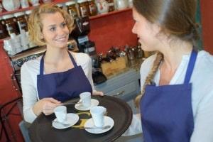 Viele Beschäftigte, die in der Gastronomie arbeiten, haben einen Arbeitsvertrag auf Stundenbasis.