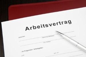 Im Arbeitsvertrag werden in der Regel die Kündigungsfristen für Arbeitgeber vereinbart.