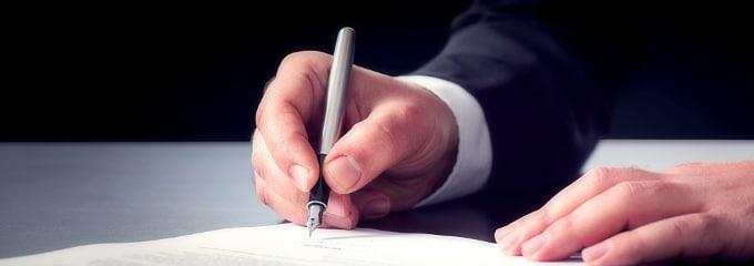 Aufhebungsvertrag: Als Arbeitnehmer sollten Sie ihn nicht leichtfertig unterschreiben.