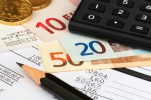 Im BAT-KF staffelt sich das Gehalt in den Entgelttabellen nach Lohnklassen und Dienstjahren.