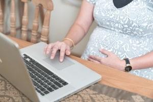Wird vom Berufsverbot während der Schwangerschaft gesprochen, ist in der Regel ein Beschäftigungsverbot gemeint.