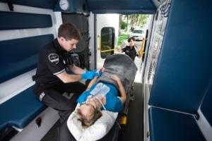 Ein betrieblicher Ersthelfer hat die Pflicht, den Verletzten zu versorgen, bis der Rettungsdienst eintrifft.