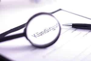 Zu den wesentlichen Nachteilen einer Betriebsänderung können zum Beispiel Kündigungen zählen.