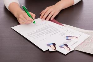 Bewerbung: Beim Anschreiben kann ein Muster helfen. Die Ausbildung werden Sie jedoch nicht bekommen, wenn Sie unwahre Angaben machen.