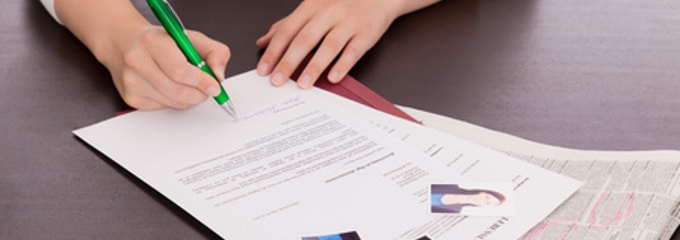 Im Bewerbungsschreiben erläutern Bewerber, was sie dazu bewegt hat, sich für diese Stelle zu entscheiden.