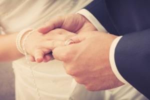 Darf die Caritas einen Mitarbeiter nach zweiter Ehe kündigen?