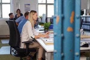 Desk Sharing Konzepte sehen vor, dass die Mitarbeiter keinen festen Arbeitsplatz haben.