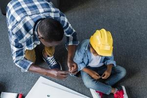 Sie möchten Elternzeit als Vater für 2 Monate nehmen? Den Antrag stellen Sie beim Arbeitgeber.