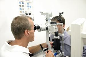 Ergonomie am Arbeitsplatz: Diese gibt auch Höhe und Entfernung von Bildschirmen vor, um die Gesundheit zu schonen.
