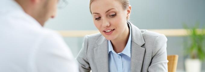 Die Ermahnung unterscheidet sich im Arbeitsrecht von der Abmahnung. Letztere enthält eine Kündigungsandrohung, die in einer schriftlichen Ermahnung nicht erfolgt.