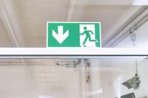 Normalerweise zeigen entsprechende Schilder an, in welche Richtung der Fluchtweg verläuft.