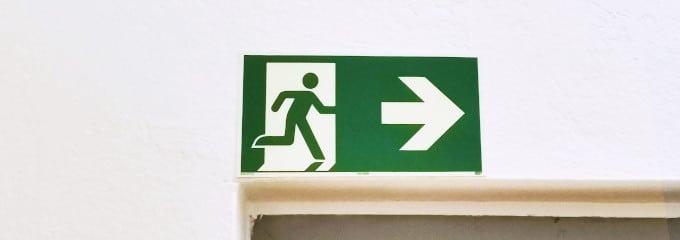 Fluchtwege sollen das sichere Verlassen der Arbeitsstätte bei Gefahr ermöglichen.