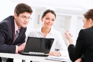 Auch Freiberufler sollten ihren Arbeitsvertrag im Vorfeld auf Unstimmigkeiten untersuchen.