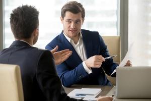 Freistellung nach Kündigung: Sollten Andere durch den Arbeitnehmer gefährdet sein, kann er vom Chef freigestellt werden.