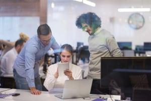 Eine fristlose Kündigung durch den Arbeitgeber kann auch mehrere Mitarbeiter betreffen.