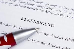 Fristlose Kündigung: Ein Schadensersatz wird nur gezahlt, wenn die fristlose Kündigung rechtskräftig ist.
