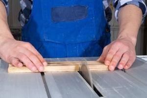 Bei manchen Arbeiten ist die Gefahr einer Verletzung besonders groß. Umso wichtiger sind betriebliche Ersthelfer.