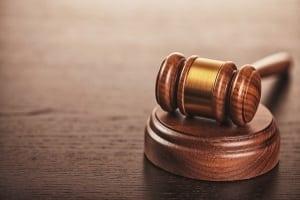 Das Gericht entschied, dass die Direktorin das Arbeitszeugnis nicht erneut unterschreiben muss.