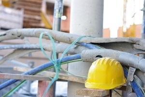 Normalerweise gilt stets eine Helmpflicht auf Baustellen, um den Arbeitsschutz zu gewährleisten.