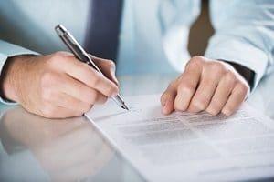 Beim Home-Office wird zum Arbeitsvertrag eine Zusatzvereinbarung getroffen.
