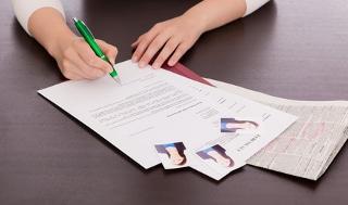 Möchten Sie auf eine interne Stellenausschreibung mit einer Bewerbung reagieren, kann das Schwarze Brett eine gute Quelle sein.