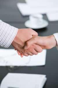 Über den minimalen Jahresurlaub hinaus, der gesetzlich festgelegt ist, können sich Arbeitgeber und Arbeitnehmer auf individuelle Konditionen einigen.