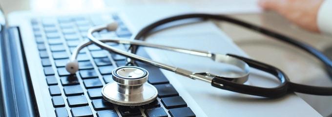 Wie sollten Sie sich bei Krankheit Ihrem Arbeitgeber gegenüber verhalten? Wir erklären, worauf es ankommt.