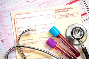 Die Krankmeldung beim Arbeitgeber sollte sowohl Anzeige- als auch Nachweispflicht erfüllen.