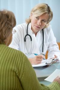 Der Arzt bestätigt die Krankmeldung: Welche Formulierung Sie beim Chef wählen, bleibt Ihnen überlassen.