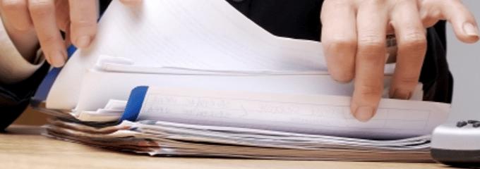 Wenn ein Kündigungsschreiben vom Arbeitgeber betriebsbedingt verschickt wird, sollten Sie als Arbeitnehmer auf einiges achten.
