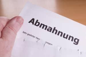 Soll Ihr Kündigungsschreiben fristlos sein, muss eine Abmahnung vorher erfolgen.