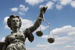 Das Kündigungsschutzgesetz greift nicht, wenn die Arbeitnehmereigenschaft fehlt. Die Kündigung ist hinzunehmen.