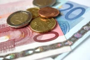 Erst ab einem Bruttogehalt von über 450 Euro muss Lohnsteuer in Klasse 1 und allen übrigen gezahlt werden.