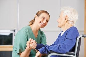 Mangel an Pflegekräften: Vor allem in der Altenpflege wird mehr Personal benötigt.