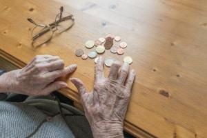 Mehr Rentner sind erwerbstätig, weil das Geld nicht reicht.
